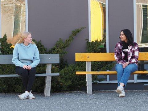 KORONATILTAK: Tuva Bergersen og Evin Narin er lei av å være hjemme, og savner vennene sine. De gleder seg til å kunne være nærmere hverandre igjen.