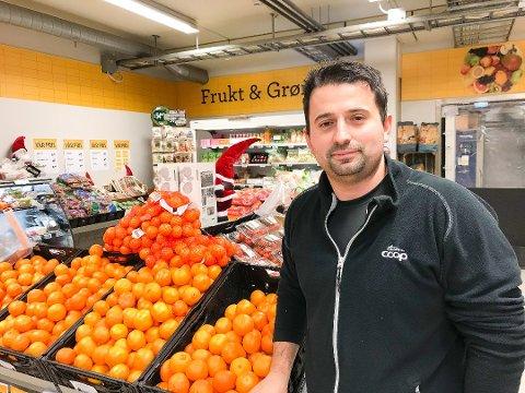 VEKST: Butikksjef Besart Kurta ved Coop Prix Ørje har ansatt 2 nye for å ta unna alt arbeidet.