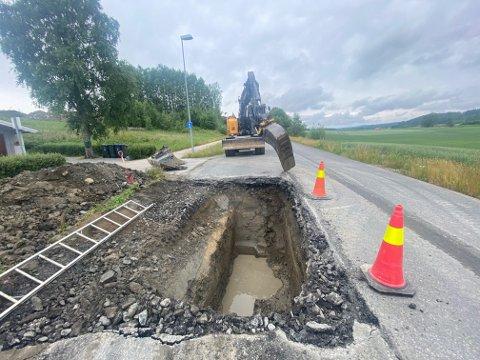 GRAVER: Mannskap fra Indre Østfold kommune jobber for å fikse feilen raskt.