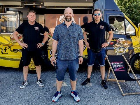 GATEMAT: Lukasz Piechaczek (31, t.v.), Uno Andersen og Damian Piechaczek (27) håper på mange folk under streetfoodfestivalen. Men ikke flere enn 200 om gangen.