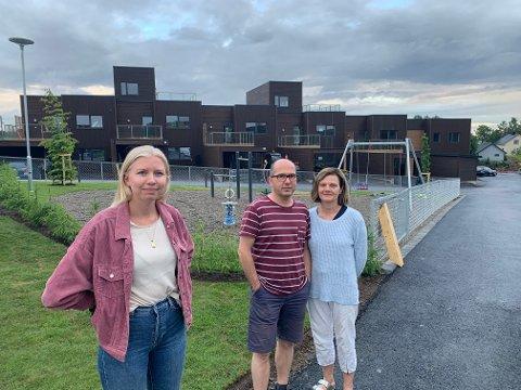 Lisa Hoff (t.v.) og ekteparet Jo og Marina Frislid overtok sine nye boliger i forrige uke, men får ennå ikke lov til å overnatte.