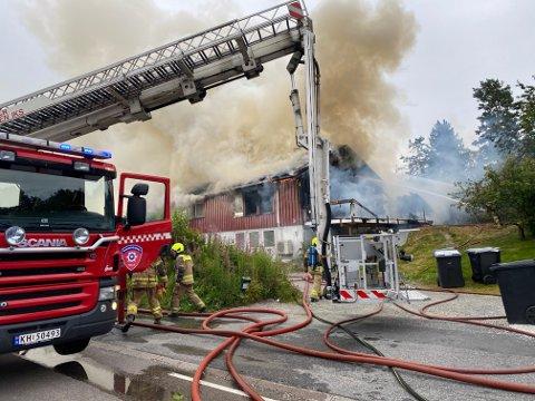 BRANN: Det brenner i dette huset i Kråkstadveien. Politiet ber folk om å holde seg unna brannstedet.