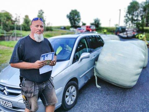 Per-Kristian Aatlo var på vei hjem fra jobb da traktoren i motsatt kjørefelt mistet rundballene av hengeren.