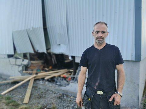 Kenneth Bratli hørte et skikkelig smell, da en mann i 70 årene kjørte av veien og inn i garasjen hans.