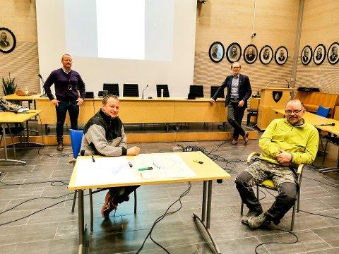 Thomas Orderud (foran t.v.) er glad for at han snart får fiber til isdesign-bedriften han driver hjemme på gården i Havnås. Han har jobbet for å få fiber i 13-14 år og sammen med Tomm Ulsletten (t.h) har han også hjulpet kommunen med å planlegge fibertraseen rundt tettstedet Havnås. Bak ser vi driftsjef for IKT Marius Bergerud Andersen (t.v.) og kommunaldirektør Tron Kallum fra Indre Østfold kommune.