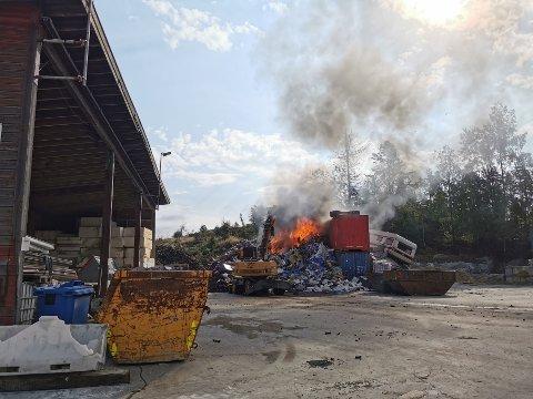 Det brant godt i en avfallshaug og ansatte jobbet ved 1015-tiden på spreng med å stagge flammene i påvente av at brannvesenet skulle komme.