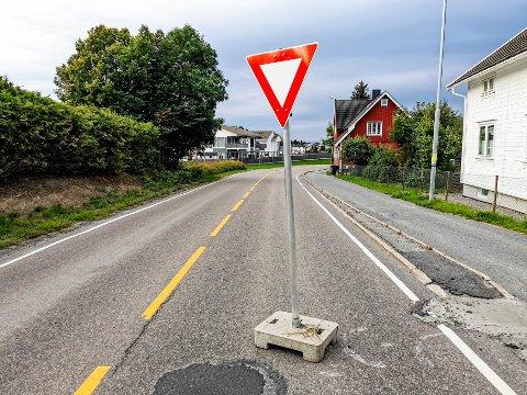 VIKEPLIKT: i løpet av natten har noen plassert dette vikepliktskiltet midt i Trøgstadveien.