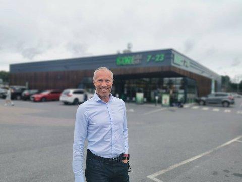 Banksjef i DNB Øystein Undrum forteller at man nå kan sette inn 20.000 kroner og ta ut inntil 10.000 kroner i en rekke lokale butikker.