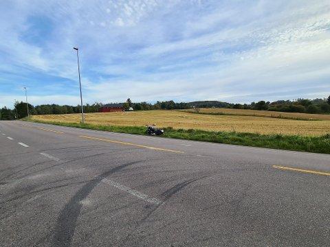 En motorsykkel veltet ved Elvestad mandag ettermiddag.