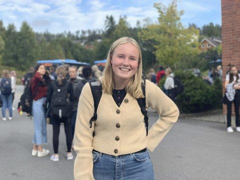 Mange tar bussen: Mari Skrattalsrud (17) fra Trøgstad sier at bussen hun tar ikke alltid er full.
