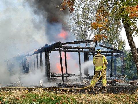 SLUKKER: Brannvesenet jobber med å slukke brannen.