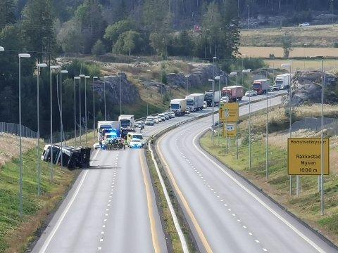 E18 er stengt gjennom Hærland etter tankbilvelten.