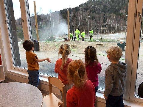 SNØKANON: Ekspertisen følger med når vaktmesteren og laget hans lager snø.