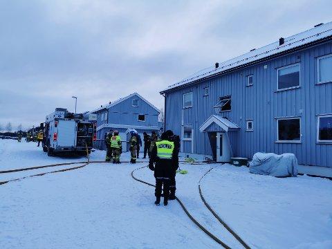 Brannvesenet tok seg inn i leiligheten og fikk fort kontroll på situasjonen.