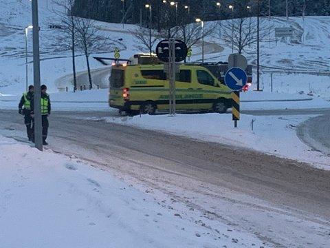Her fraktes sjåføren til legevakt med ambulanse. Personen skal ikke ha fått alvorlige skader.