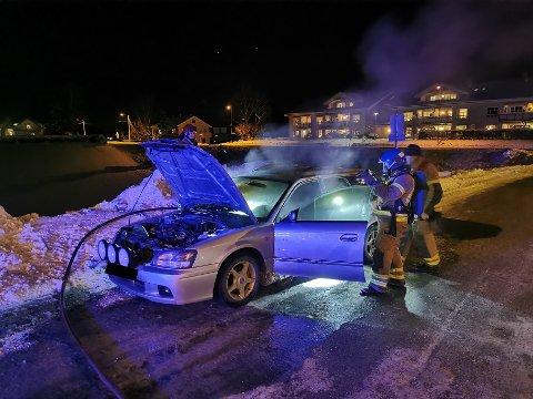 BILBRANN: Reporter på stedet, Tormod Malvin Sæther, melder at brannen er slukket, men at det fortsatt ryker av bilen.