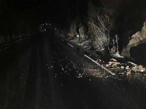 STEINRAS: Politiet ryddet bort den største steinen.