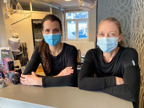 Frisørene Bente Løken (47) og Randi Berger (46) hos Park Frisør i Mysen er lettet over at de får holde åpent.