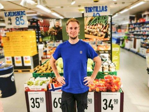 Daniel Engerbråten (25) har vært kjøpmann på den lokale Rema-butikken i snart ett år.