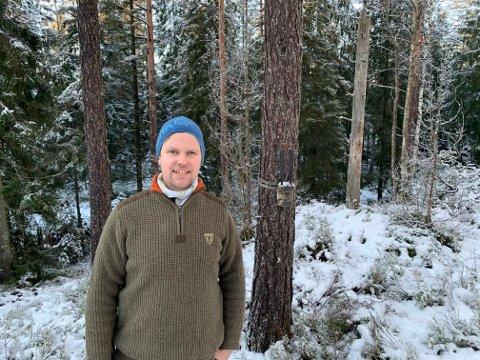 Ole Petter Aarnæs har plassert ut fire nye slike viltkameraer på sin 12.000 dekar store skogeiendom i vestre Øymark.