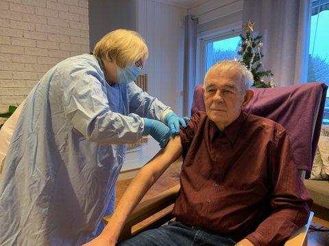 Vaksine: Kjell Ringstad var den første i Skiptvet som fikk koronavaksine. Sykepleier Wenche Remme satte sprøyten.