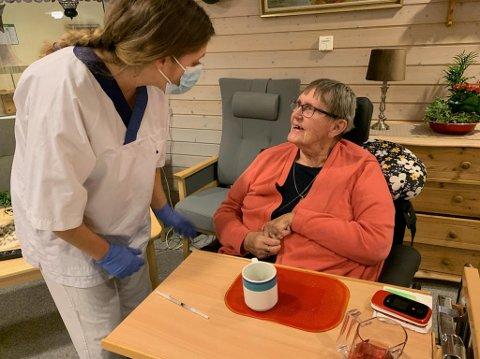 HISTORISK: Bjørg Ekeberg ble den første i Marker kommune som fikk koronavaksinen. Her er hun sammen med fagsykepleier Reidun Ansok rett før vaksinen skal settes.
