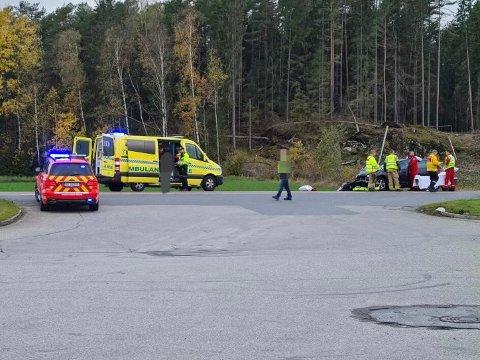 Politiet melder at det har skjedd mindre personskader i sammenstøtet. De involverte blir nå sjekket av helsepersonellet.