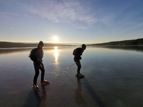 PÅ SKØYTETUR: Lennart Noordermeer (til venstre) gikk gjennom isen i Marker kommune.