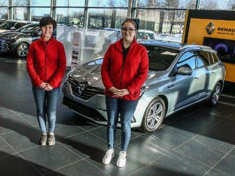 Delesjef Anita Eriksen (til v.) og kundemottager Amanda Hauge ved Motor Forum Fredrikstad som har åpnet nybygg til 10. millioner kroner.