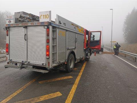Personbilen har fått betydelige skader i kollisjonen.