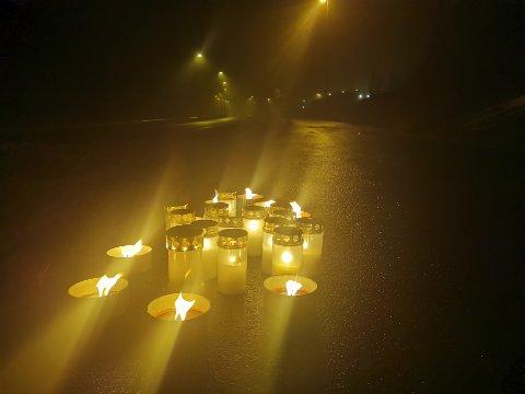 Flere har tent lys ved ulykkesstedet for å vise sin sorg.