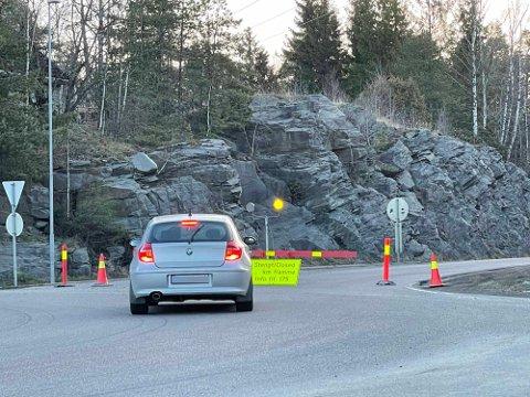 Viken Fylkeskommune opplyser at de har registrert flere som prøver å ta seg innenfor sperringene. Veien holdes stengt over helgen.