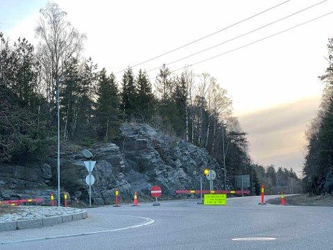 ÅPNER OPP IGJEN: Veien ble stengt sent torsdag kveld og har vært helt stengt gjennom helgen. Nå åpner ett felt igjen for trafikk tidlig tirsdag morgen.