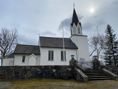 Tomter kirke skal males utvendig og innvendig i år.