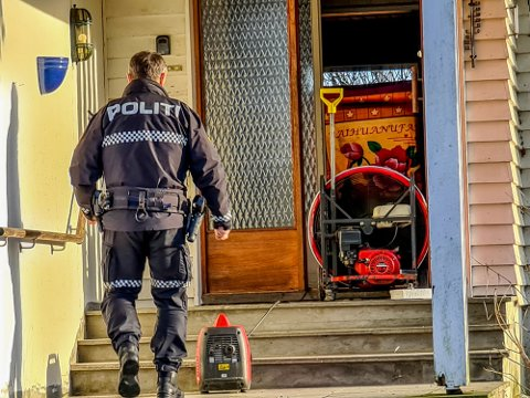 Politiet har fjernet cannabisplantene fra huset i Spydeberg. Nå jobber de med å gå gjennom de andre tingene som er i huset.