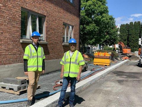 Fra venstre: Espen Lystad, rådgiver vei/kommunalteknikk og Jan Tore Borger, prosjektleder utvikling og koordinering.  Bildet er fra saneringen i Dr. Randersgate i fjor. Senere skal det etter planen legges bygulv med granitheller på fortauet.