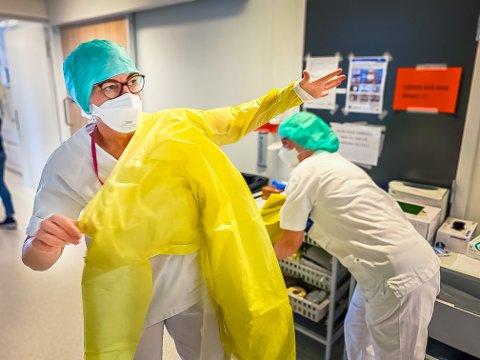 PÅ MED SMITTEVERNUTSTYR: Lindis Johansen (50) og Hanne Christiansen (53) gjør seg klare for å gå inn på ett av Covid-rommene på sykehuset. Det er viktig at smittevernutstyret tas på riktig for å forhindre smitte.