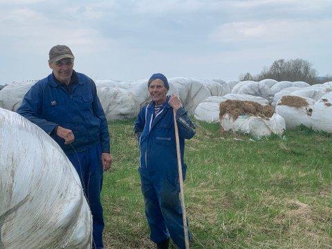 Henning Kongsbak og  søsteren Aud viser frem en liten del av skadeverket forårsaket av hjort.