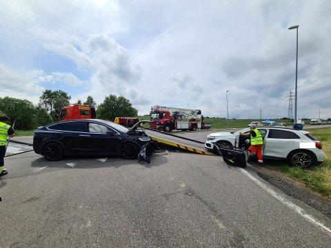 Bilene har fått så store skader at de måtte berges fra stedet.