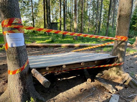 SPERRET: Indre Østfold kommune avdekket flere feil på lekeområdet til Vollene naturbarnehage og sperret av det de mener utgjorde en sikkhertsrisiko. .