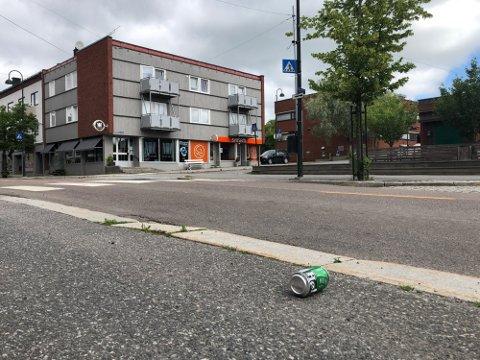 MASSESLAGSMÅL I RAKKESTAD: Tre personer ble skadet og en fraktet til sykehuset etter masseslagsmål i Rakkestad sentrum.