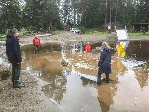 Per Jørgensen, Rainer Ekseth, Oddny Moen, Else Marie Skjæringrud og Gunstein Snøløs la duken på plass før sanda skulle legges oppå.