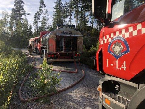 DRIVER SLUKKEARBEID: Brannvesenet har sendt to tankbiler og to mannskapsbiler for å få kontroll på brannen.