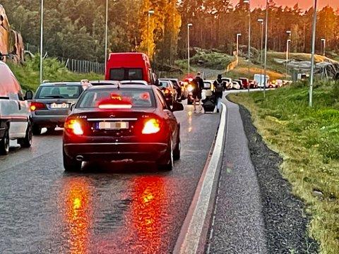 Tok beina fatt: Disse to passasjerene tok bagasjen ut av ekspressbussen og gikk mot Ørje, mens bilen foran, forsøkte å rygge tilbake til grensen.
