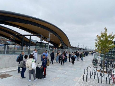 KØ: Mange har stått og ventet på buss på Ski stasjon tirsdag morgen.