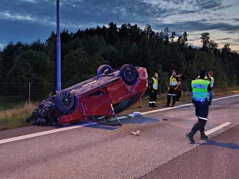 ULYKKE PÅ E18: Bilen havnet på taket etter ulykken. Både fører og passasjer er kjørt til Kalnes for videre sjekk.