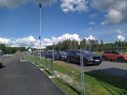 Økt grensetrafikk: En grensependler tror mange handlelystne nordmenn vil dra over grensen til  helgen før Sverige igjen blir rødt fra mandag av..