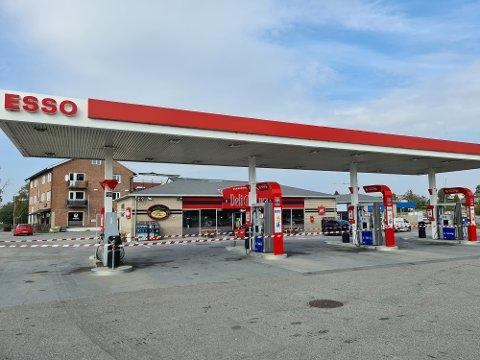 Det var trukket sperrebånd rundt drivstoffpumpene på Esso'n i Spydeberg ved ett-tiden fredag. Årsaken lå i vaskehallen til høyre i bakgrunnen.