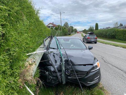 Bilen fikk betydelig skader i front i sammenstøtet med stolpen.