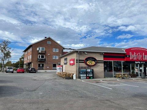 Den blinde volden skjedde mellom Esso-stasjonen og restauranten Charlie`s Diner i Spydeberg sentrum.